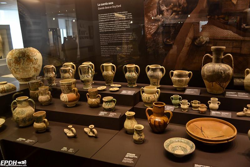 La colección arqueológica solo es una pequeña parte de sus vastos fondos .