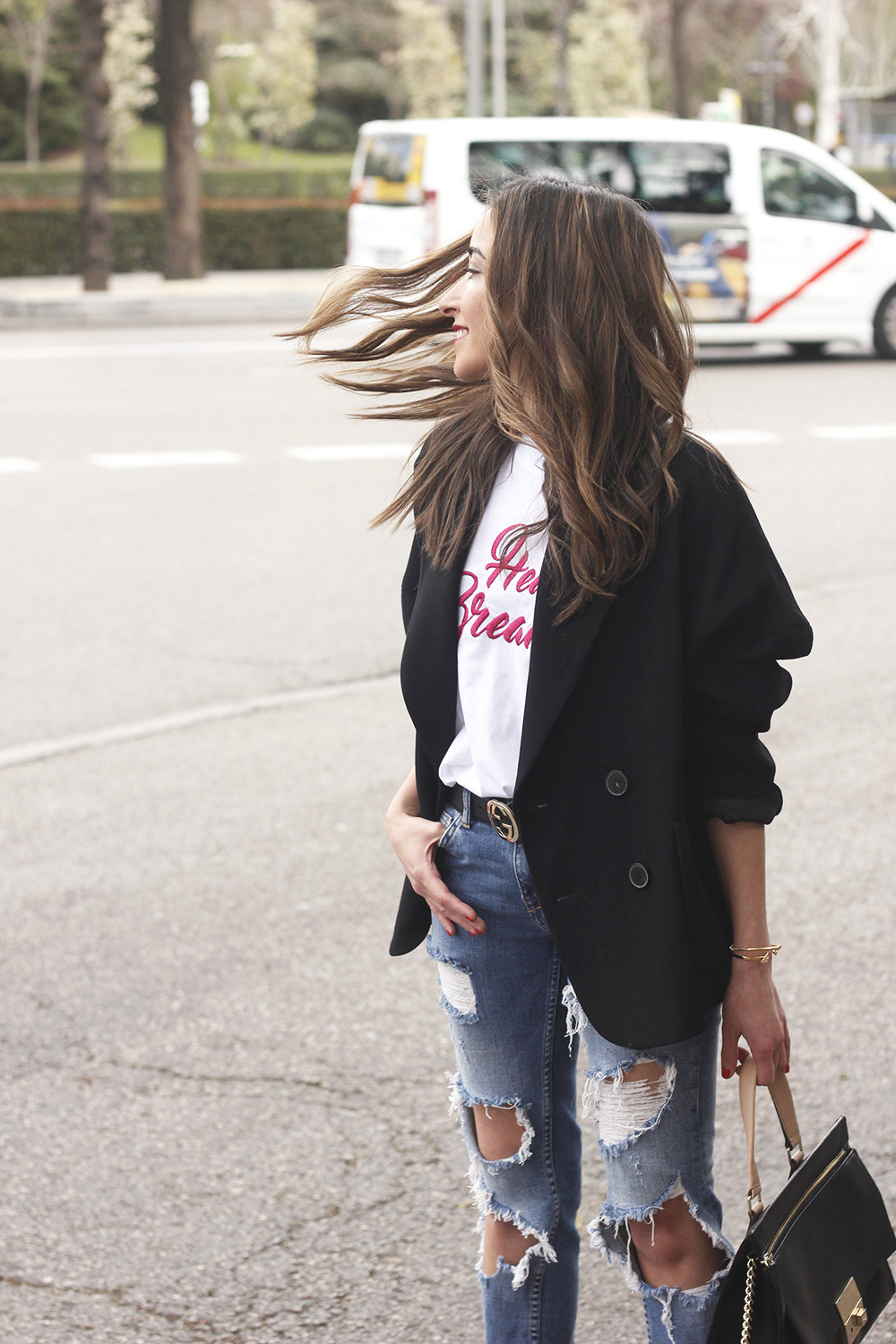 black blazer mango t-shirt heels purificación garcía bag accessories ripped jeans outfit style fashion12