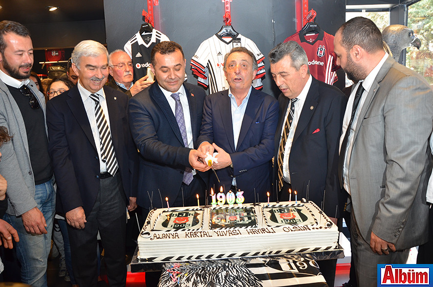 Ahmet Nur Çebi, Adem Murat Yücel, işletme sahipleri ve Alanya Beşiktaşlılar Derneği Yönetim Kurulu pasta kesti.