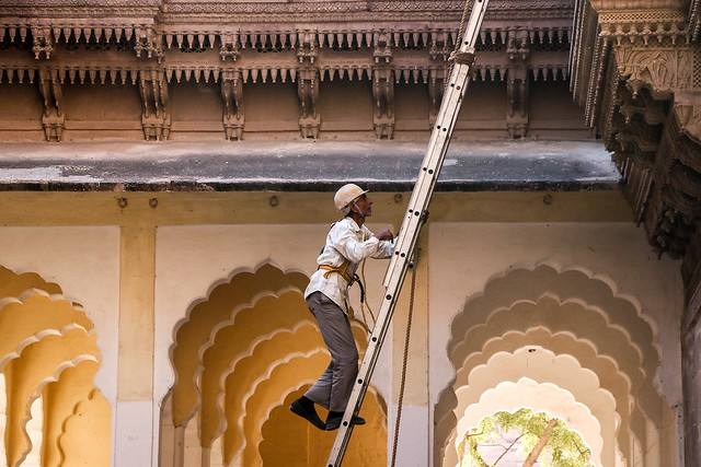 A restoration worker in Mehrangarh Fort, Jodhpur, India ジョードプル メヘラーンガル・フォートで修復工事中の作業員