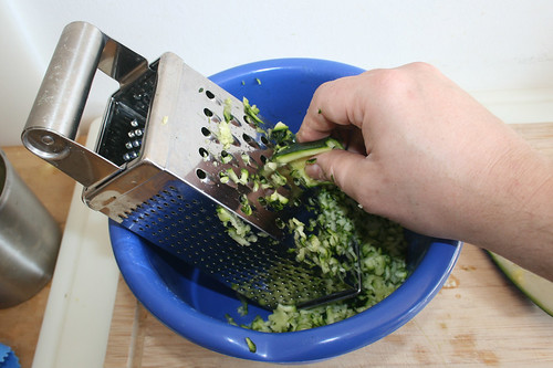 16 - Zucchini reiben / Grate zucchini