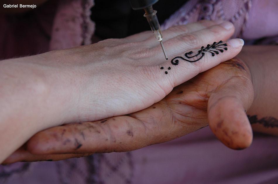 Manos Unidas Tatuando Una Mano Con Henna En La Plaza De Ma Flickr