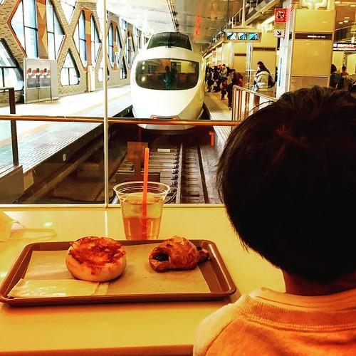 目の前にロマンスカーが迫ってくるという噂の聖地ロマンスカーカフェにやって来ました。 この状態でランチ食べるのは確かに鉄道好きの子供には夢かもしれませんが、早く電車に乗りたがるのでノンビリできないという弱点も発見。