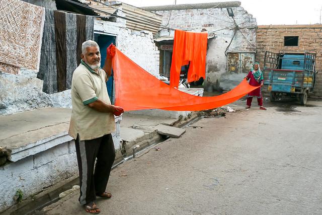 A couple drying the dyed fabric, Jodhpur, India ジョードプル 染めた布を乾かす夫婦