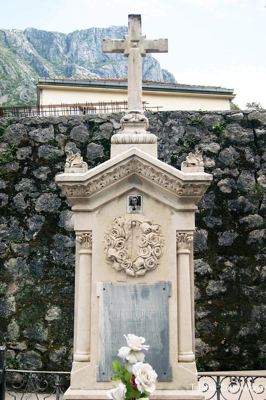 Старый надгробный памятник