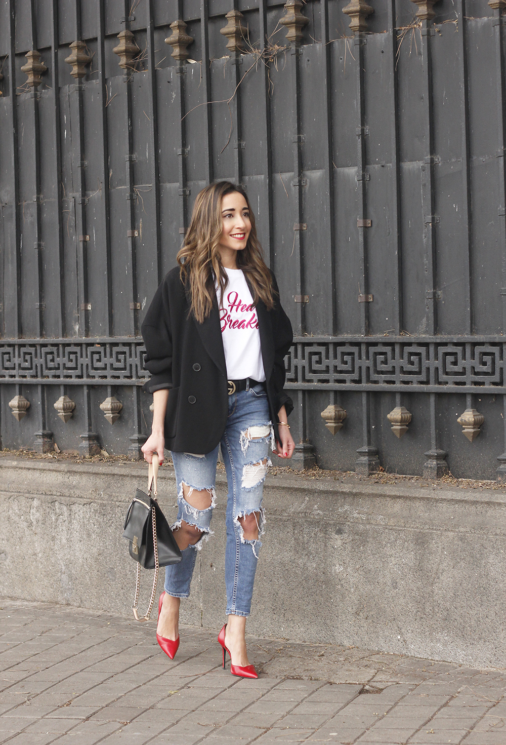 black blazer mango t-shirt heels purificación garcía bag accessories ripped jeans outfit style fashion05