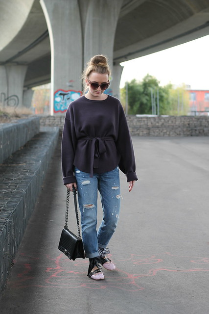 boyfriend-jeans-and-ballerinas-whole-outfit-walk-wiebkembg