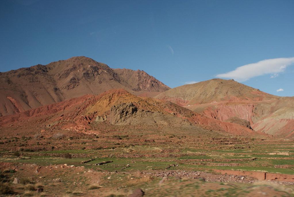 Surprenantes couleurs des formations géologiques des montagnes de l'Atlas au Maroc.