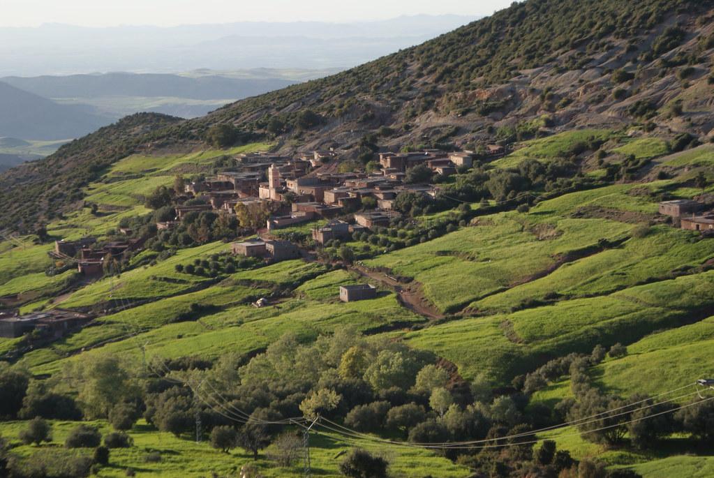 Les collines vertes autour du village de Douar Ait-Imgeur sur les contrefort de l'Atlas.