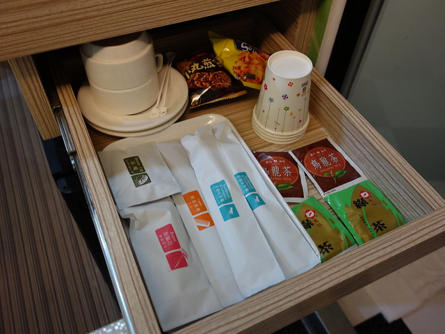抽屜裡有茶包、牙刷、紙杯、小餅乾@清翼居童話館,近台北車站的住宿選擇