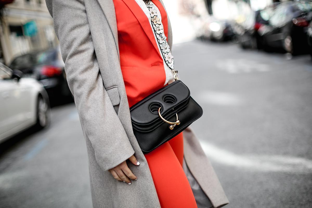 traje-rojo-redoute-jw-anderson-pierce-bag-adidas-stan-smith-streetstyle-myblueberrynightsblog