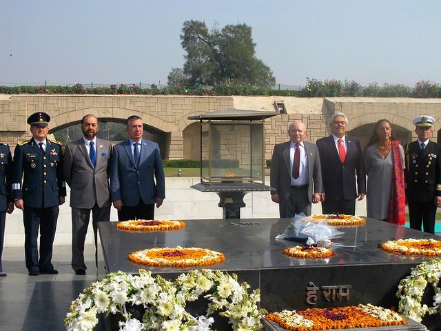 Ofrenda floral en monumento a Gandhi