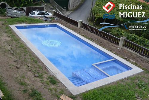 rectangular con cama hidromasaje y jacuzzi piscina