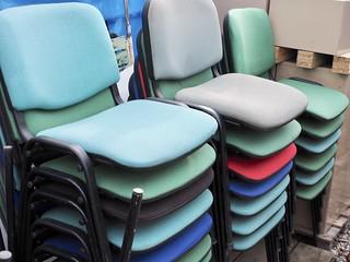 chaises de bureau multicolores empil es puces de lyon