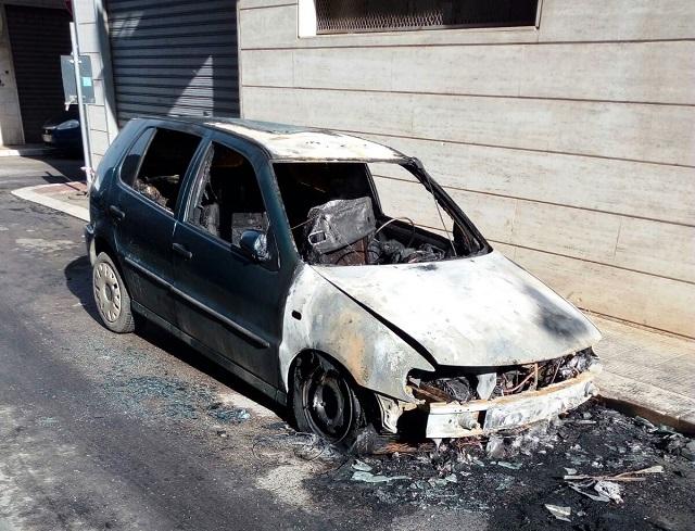 Noicattaro. Auto incendiata intero