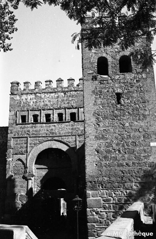 Puerta Vieja de Bisagra en Toledo en agosto de 1965. Fotografía de Jacques Revault © e-Médiathèque | Médiathèque SHS de la Maison méditerranéenne des sciences de l'homme