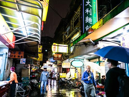 台湾の電脳街・光華市場。レストラン街。