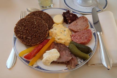 Roastbeef mit Remoulade, Zwiebelmett, Leber- sowie Blutwurst und Eiersalat zu Vollkornbrot