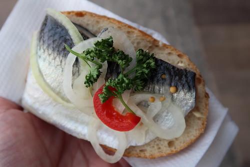 Fischbrötchen mit Pfeffer-Hering (von der Fischräucherei Kuse in Binz)
