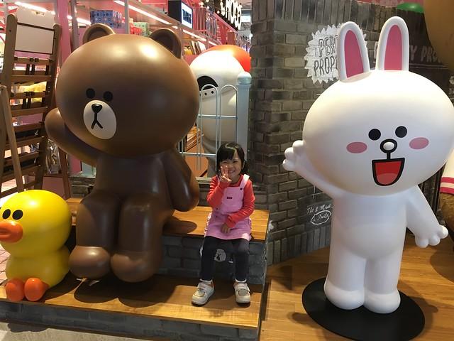 和莎莉、熊大、兔兔合照@信義A11 LINE Friends Cafe