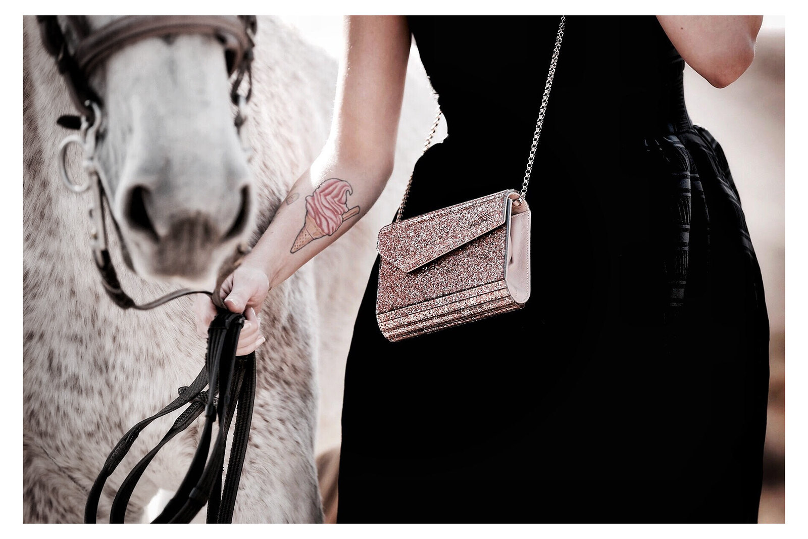horse white desert jimmy choo glitter bag maje black cocktail dress cowgirl riding adventure freedom outfit ootd modeblogger breuninger fashionblog cats & dogs ricarda schernus düsseldorf 3