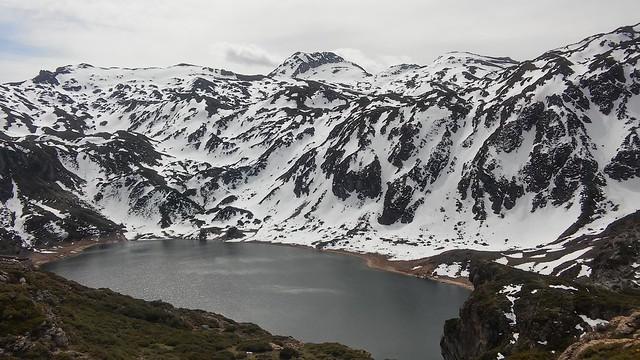 Pico Calabazosa sobre el Lago Calabazosa