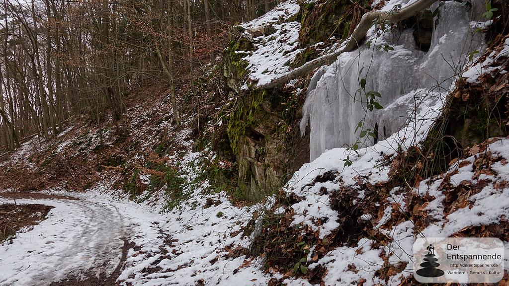 Gefrorender Wasserfall im Morgenbachtal