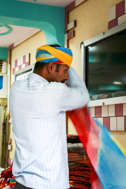 A man wearing a turban in his shop, Jodhpur, India ジョードプル ターバンを巻きつける男性
