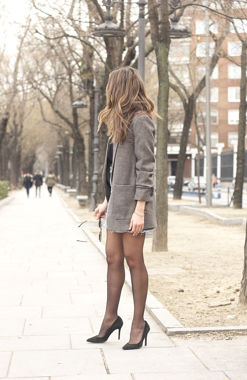 houndstooth blazer jacket denim skirt blue uterqüe bag black heels style fashion outfit02