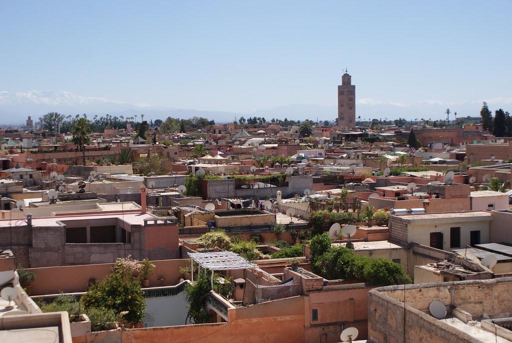 Vue sur la mosquée Koutoubia de Marrakech et sur les toits terrasses de la ville depuis la tour du Jardin secret.