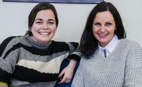 Nyutdanna Isabelle Trondsæter har vore i læraryrket i eitt og eit halt år og synest det er godt å kunne snakke med rettleiar Astrid Nielsen Eliassen.