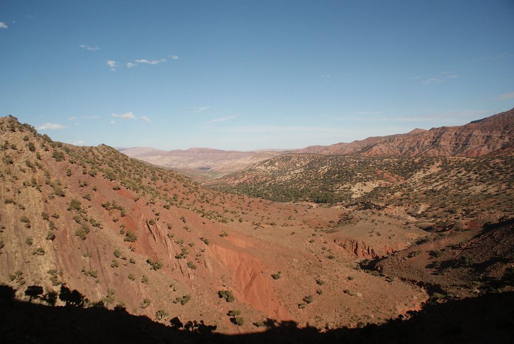 Diversité de paysages : Les collines rouges après le paysage verdoyant à la sortie de Marrakech.