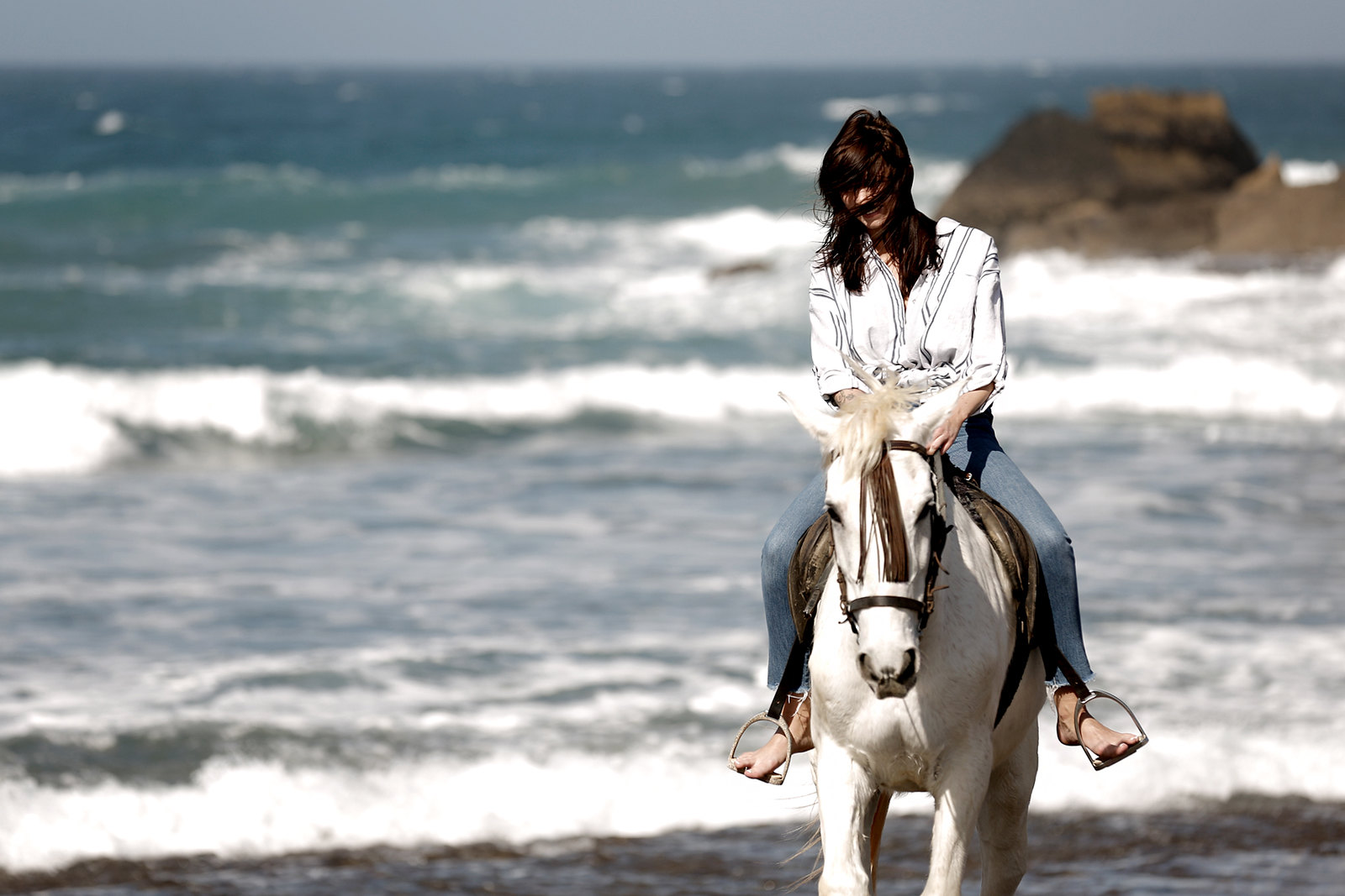 riding fuerte fuerteventura horse white reiten ausritt beach water ocean waves wild freedom happiness vila stripe blouse levi's jeans girl dreaming cats & dogs fashionblog modeblogger ricarda schernus berlin styleblog deutschland 2