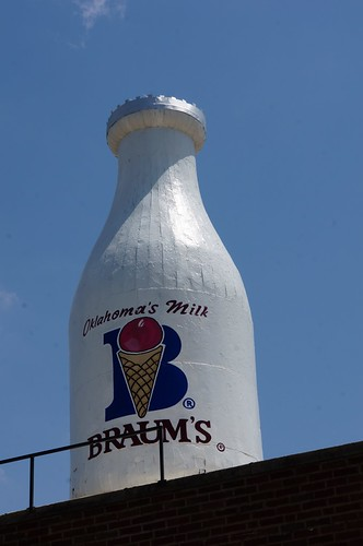 Braum's Milk Bottle Building - Oklahoma City, Oklahoma | by RoadTripMemories
