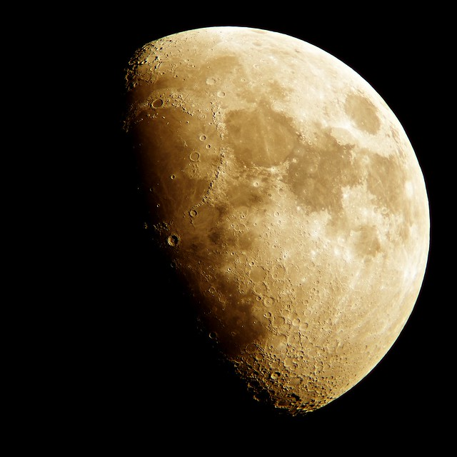 Moon_(2017_01_07)_1 黄色く輝く月の写真。 最高に美しく幻想的な月の写真。 半月より僅かに大きい。 多数のクレーターと山脈と海が写っている。
