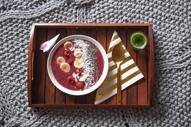 smoothie bowl breakfast in bed