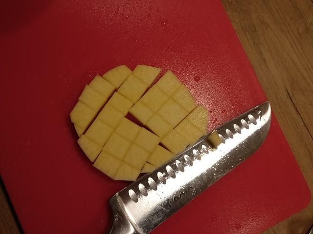 Koolraap in blokjes snijden