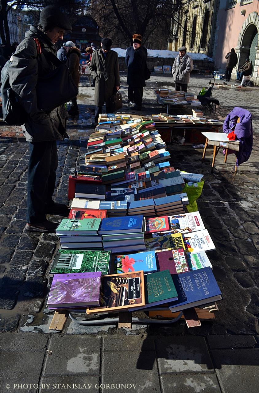 Докатились! Как во Львове распродают книги с орденами! baraholka01