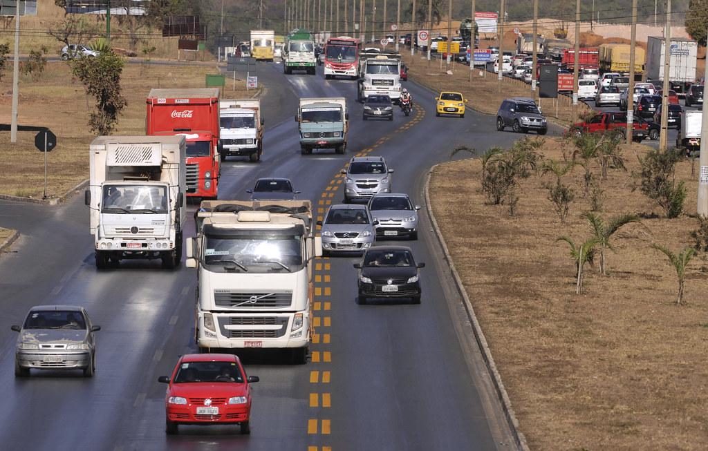 Resultado de imagem para caminhões parados