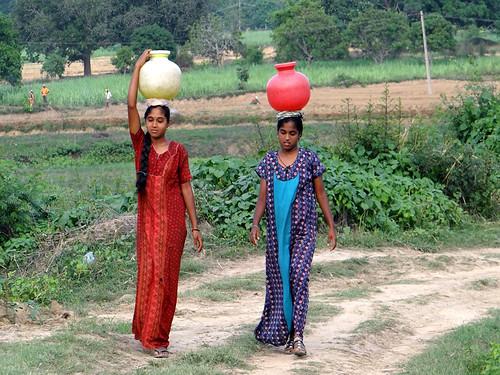 पानी की व्यवस्था में लगीं महिलाएँ