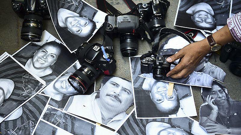 Manifestantes con fotografías de periodistas asesinados. AFP//