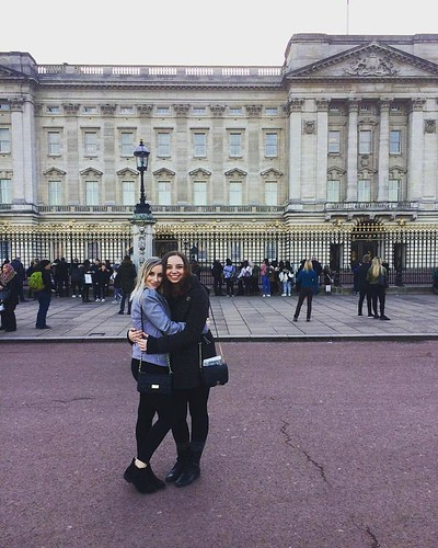 Reunited with my friend jessica at buckingham palace, NU in London!