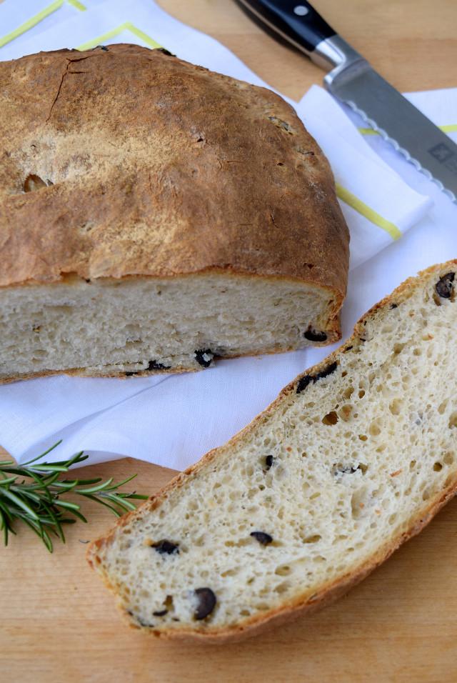 No-knead Rosemary & Black Olive Loaf | www.rachelphipps.com @rachelphipps