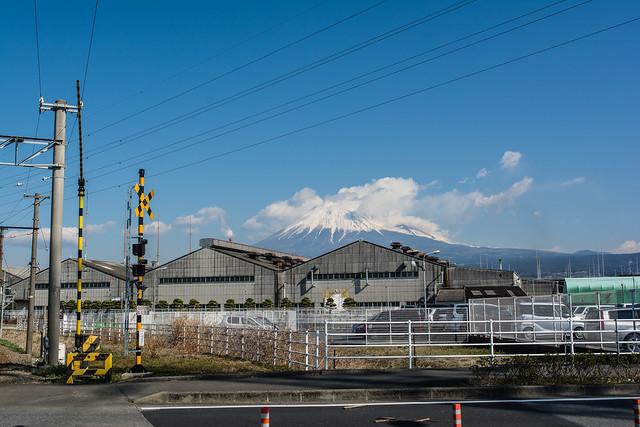 岳南電車の線路沿いから見える富士山
