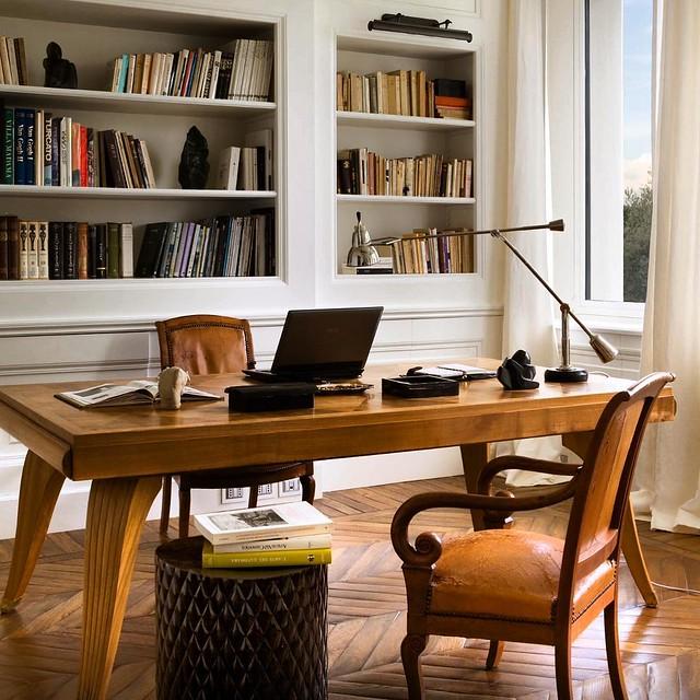 Ciao!!🌹 Home Office com ar descontraído. Móveis clássicos. Costumo dizer que nem tudo tem que ser renovado. O couro bem usado aqui agrega muito charme e deixa a casa com cara de que é usada. Afinal é o que esperamos de uma. E em Firenze... Una casa c