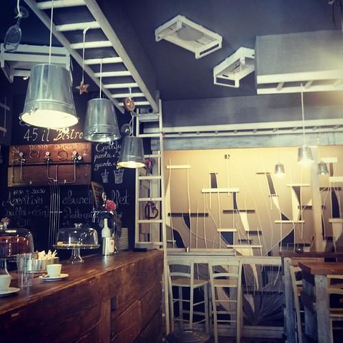 Riutilizzo di cassette tavole scale in legno e secchi di for Arredare un pub