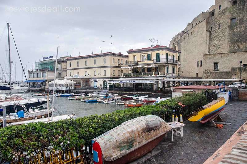 puerto pesquero en paseos por Nápoles