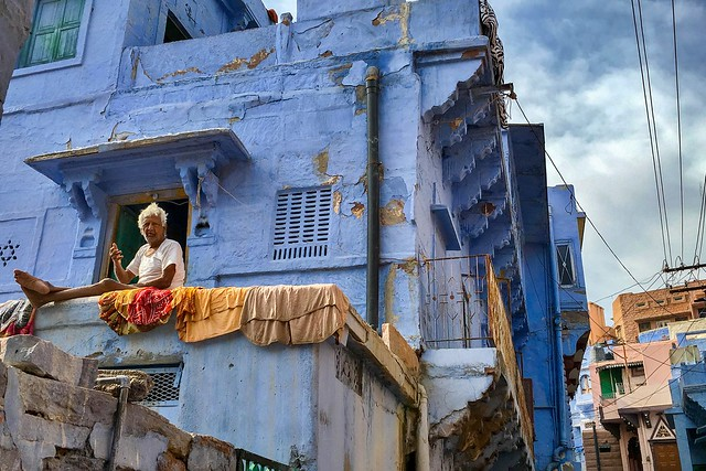 A man at a blue house, Jodhpur, India ジョードプル 青い家の男性