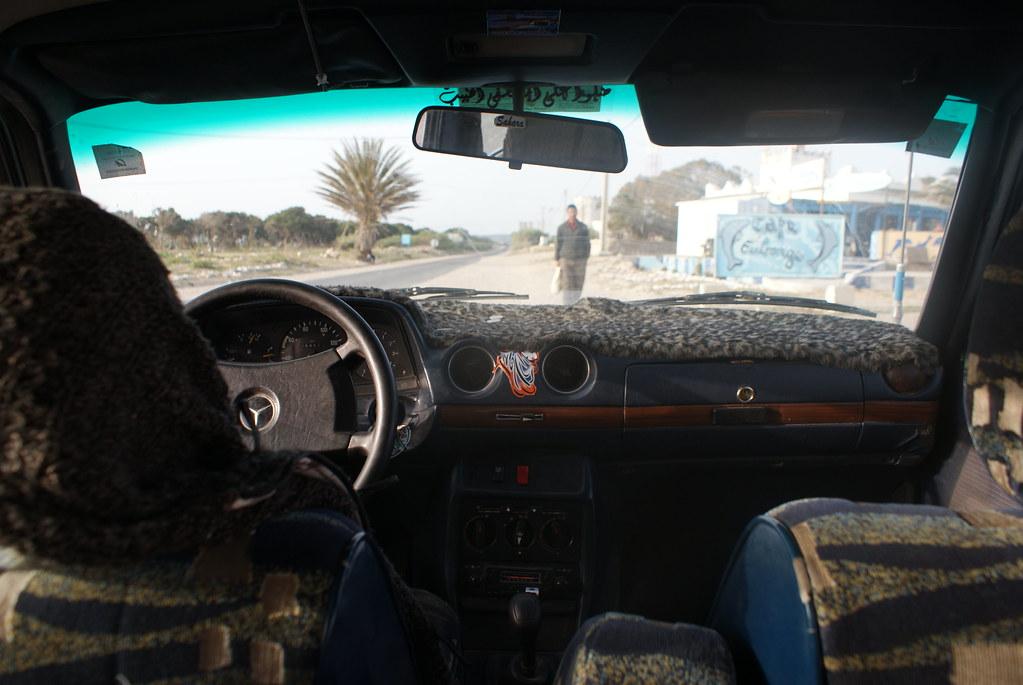 Intérieur d'un grand taxi à Essaouira au Maroc.