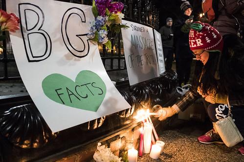 波林格陵大屠殺的紀念晚會,一位女性面帶微笑地點燃燭火。影像來源:Bowling Green Daily News